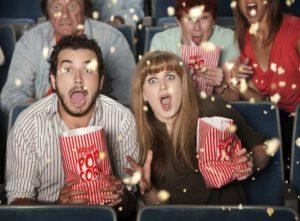 2 jeunes gens qui sortent au cinéma.
