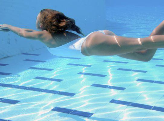 Une femme nage pour perdre du poids.
