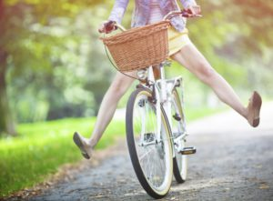 Une femme se rend à vélo chez un ami pour avoir son mouvement pour la journée.
