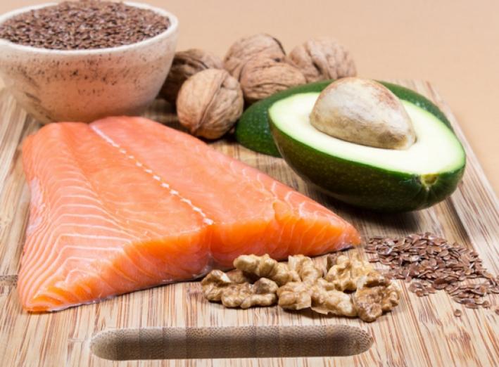 Le saumon et les avocats sont des exemples d'aliments riches en bons gras.