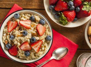 Een kom havermout staat gereed op de ontbijttafel, als onderdeel van een gezond en evenwichtig ontbijt.