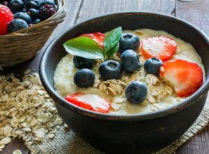 Un bol de flocons d'avoine est sur la table dans le cadre d'un régime alimentaire visant à réduire le cholestérol.