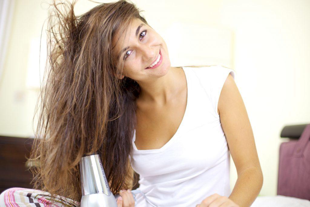 Jeune femme séchant ses cheveux