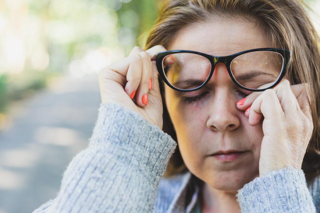 Une infection oculaire est loin d'être agréable. Elle altère fortement votre vision et s'accompagne de nombreux symptômes pénibles.